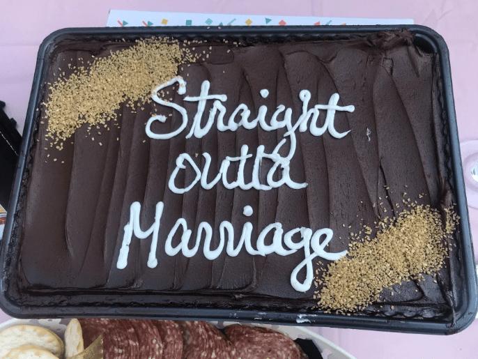 Mujer organiza fiesta para celebrar que finalmente se divorció
