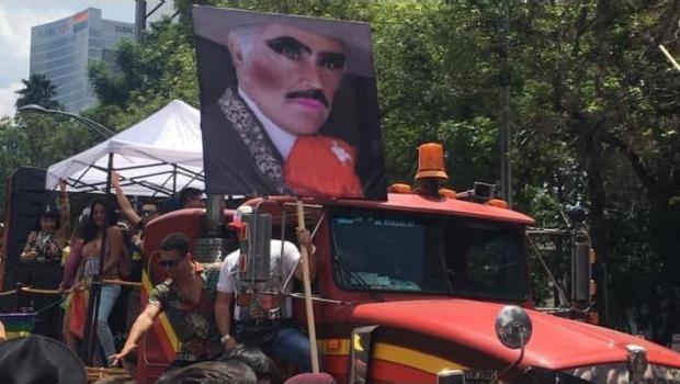 Trollean a Vicente Fernández en la Marcha del Orgullo LGBT+ de la CDMX