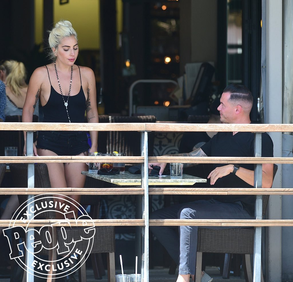 Captan a Lady Gaga con el ingeniero de sonido Dan Hartman