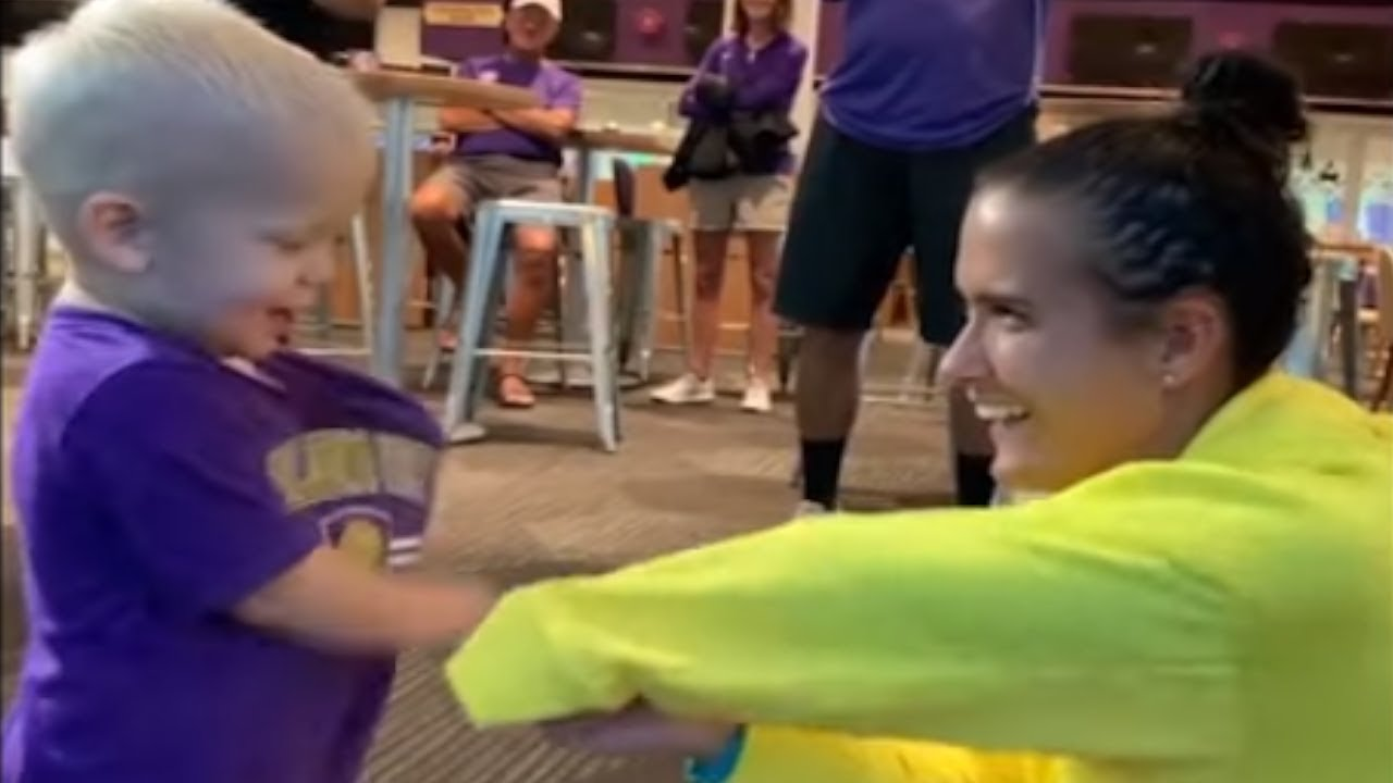 Árbitro marca mano a Carson Pickett, jugadora fútbol manca