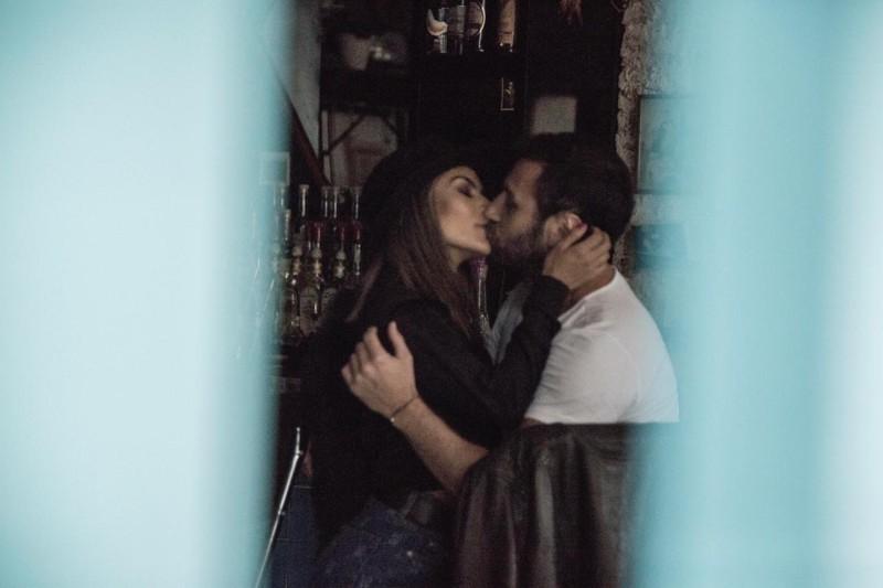 Captan a Carlos Ferro y María León en apasionados besos