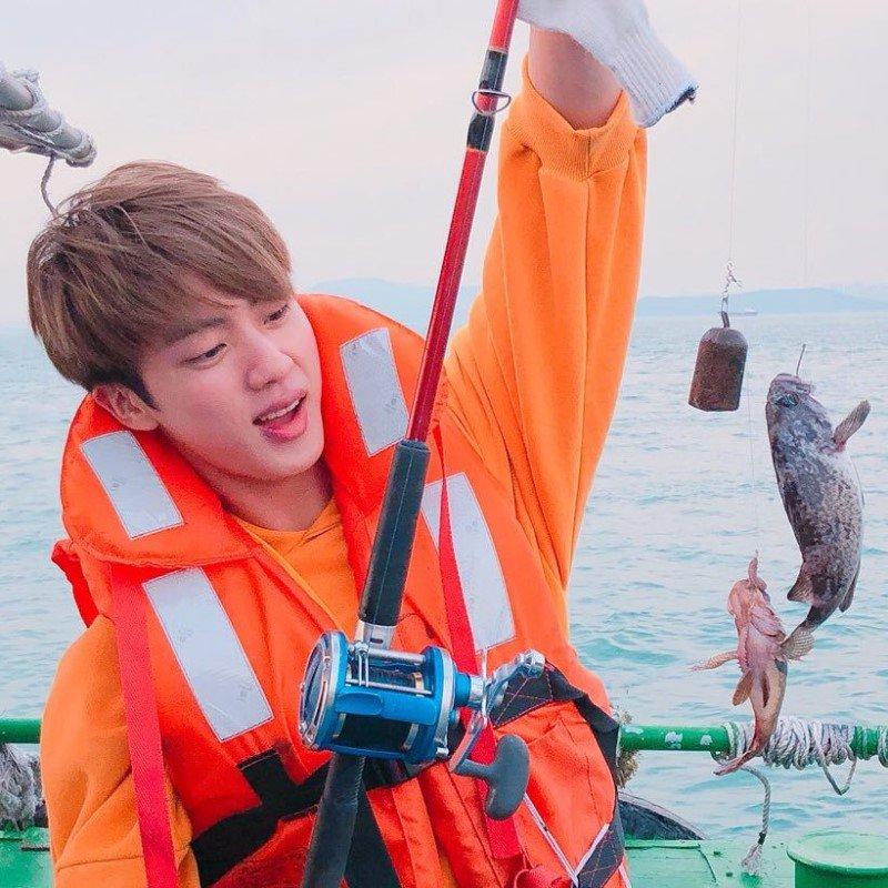 VIDEO: SUGA de BTS muestra cómo pasa sus vacaciones pescando