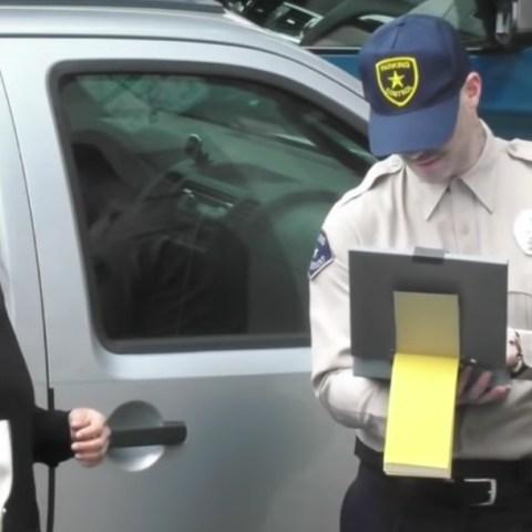 Adam Levine disfrazado de policía regala boletos Maroon 5