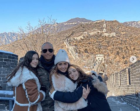 Andrea Legarreta y sus hijas con Erik Rubin en China