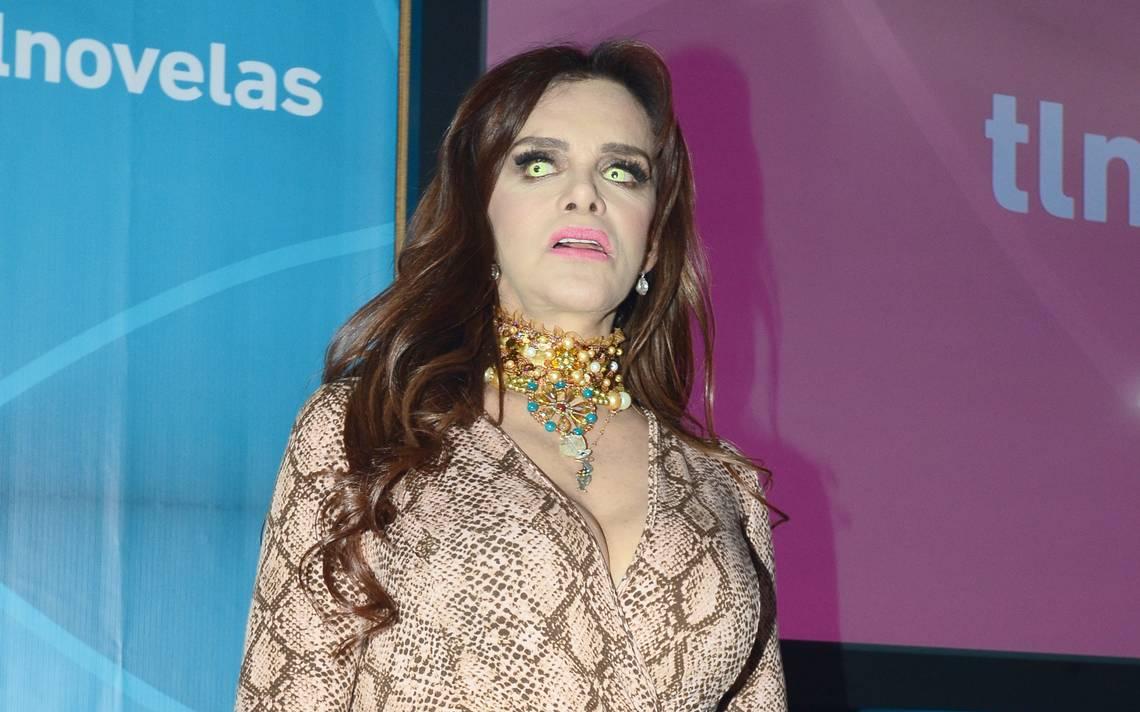 Lucía Mendez presume su tarjeta del Inapam