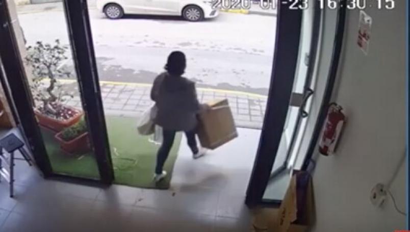 Mujer roba vibrador Satisfyer para regalar a sus vecinas