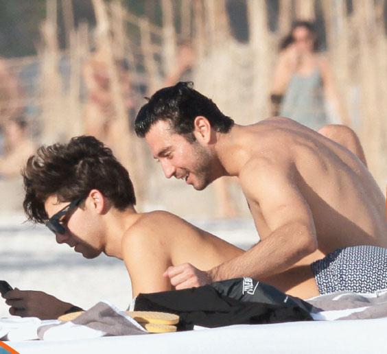 FOTOS: Mauricio Garza se besa con otro hombre en la playa
