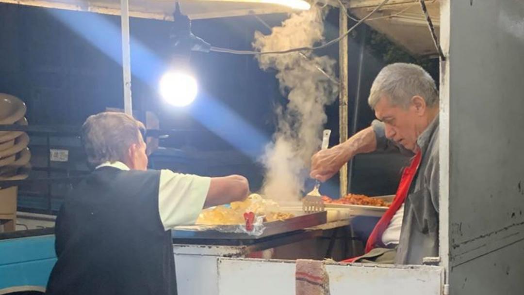 Pareja de abuelitos atiende puesto de tacos se hace viral