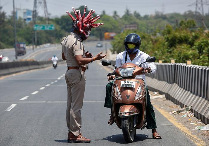 Policía en la India usa casco de Coronavirus para evitar que la gente salga de casa
