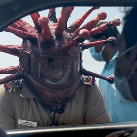 Policia usa casco de Coronavirus para pedir a gente no salir