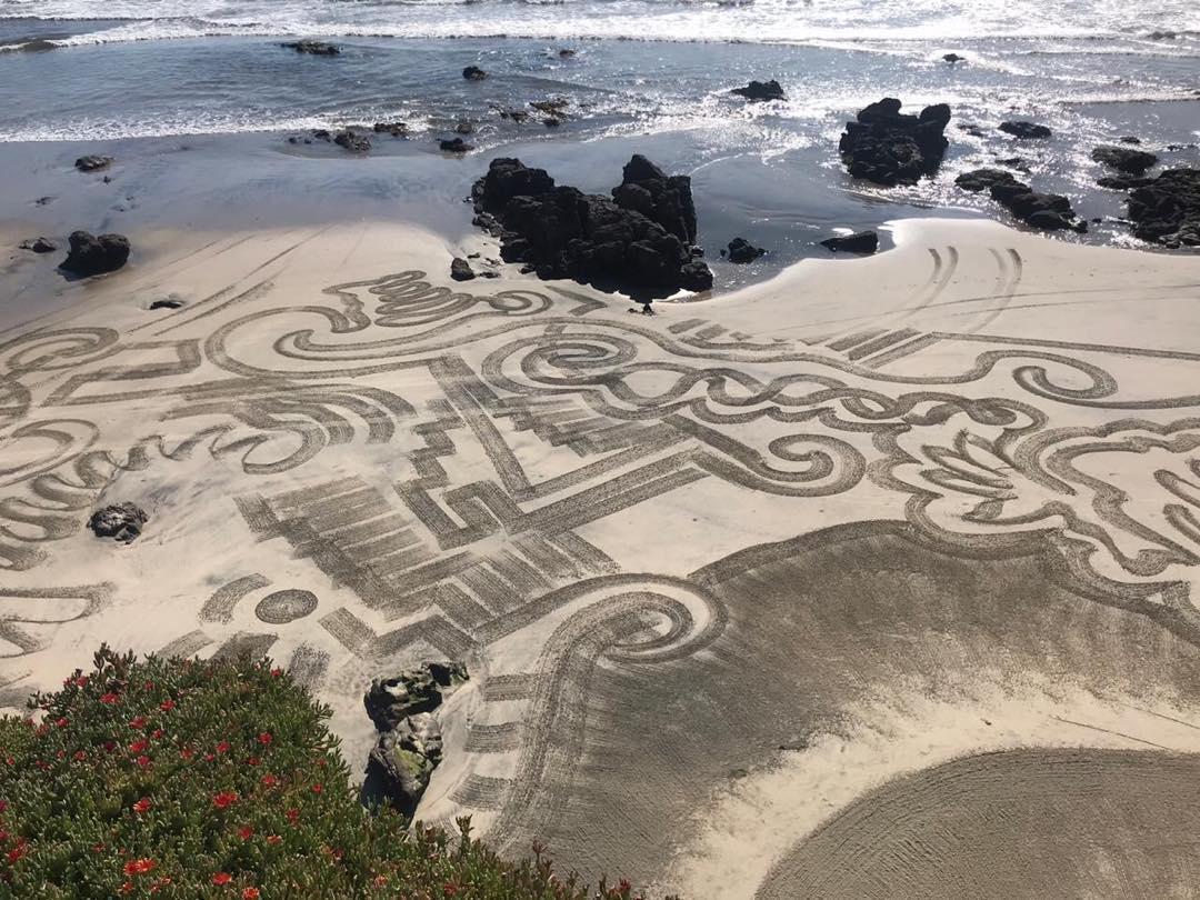 Lila Deneken impacta con fotos de señales en playa de Rosarito