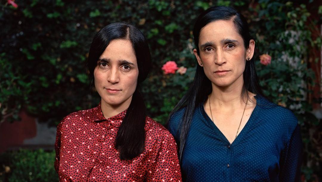 Julieta Venegas y su hermana gemela geran memes por iguales