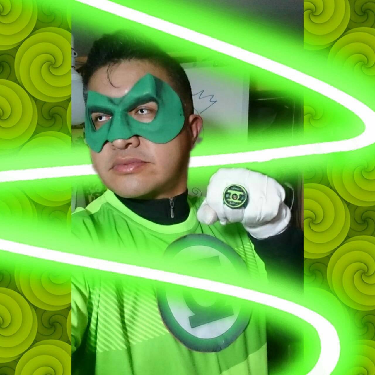 Profesor se disfraza de superheroe para dar clase