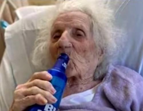 Abuelita 103 años superó covid celebra con cerveza