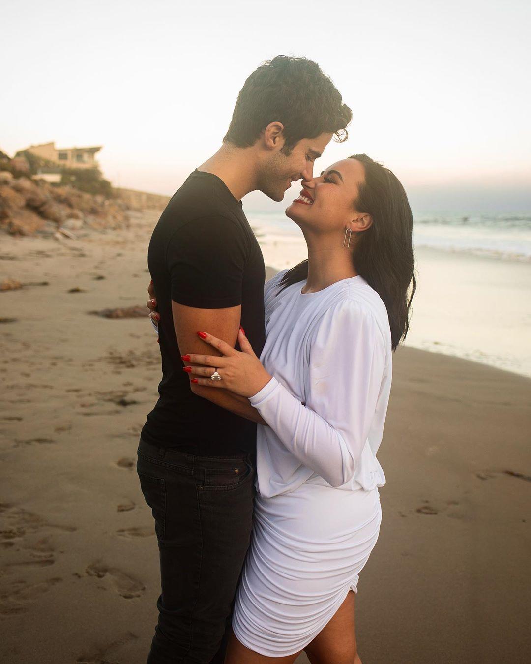 Demi Lovato se casa y anillo compromiso teoría: Fotos