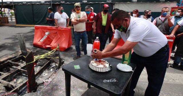 Celebran el aniversario de un bache tremendo en CDMX