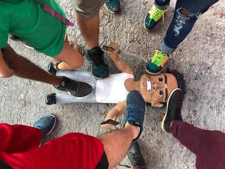 Crean piñata del asaltante de la combi... también le pegaron