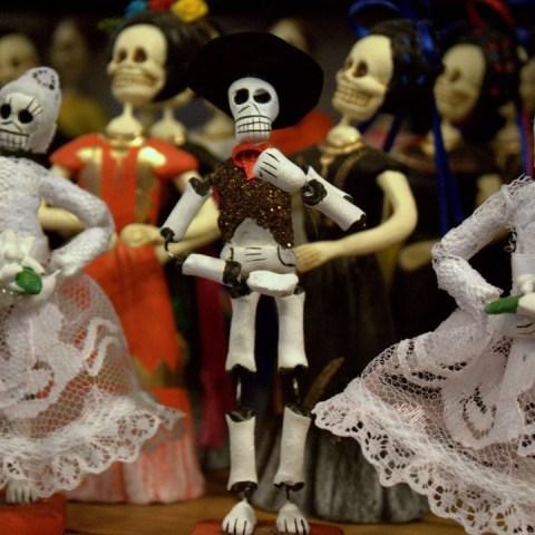 Día de Muertos y Halloween: Tradiciones cortadas con la misma tijera
