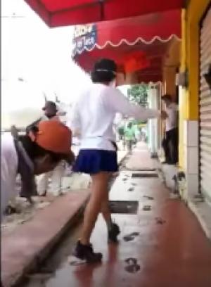Aparece Lady Banqueta y arruina el cemento fresco de trabajadores albañiles
