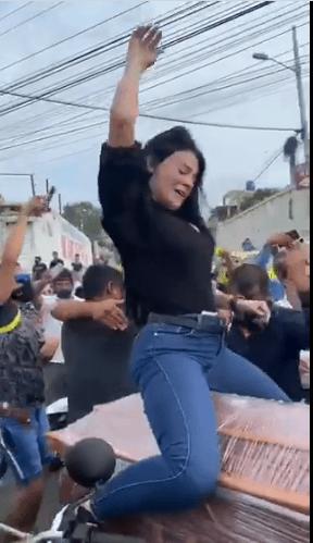 Mujer baila sobre ataúd de su esposo para cumplirle su último perreo