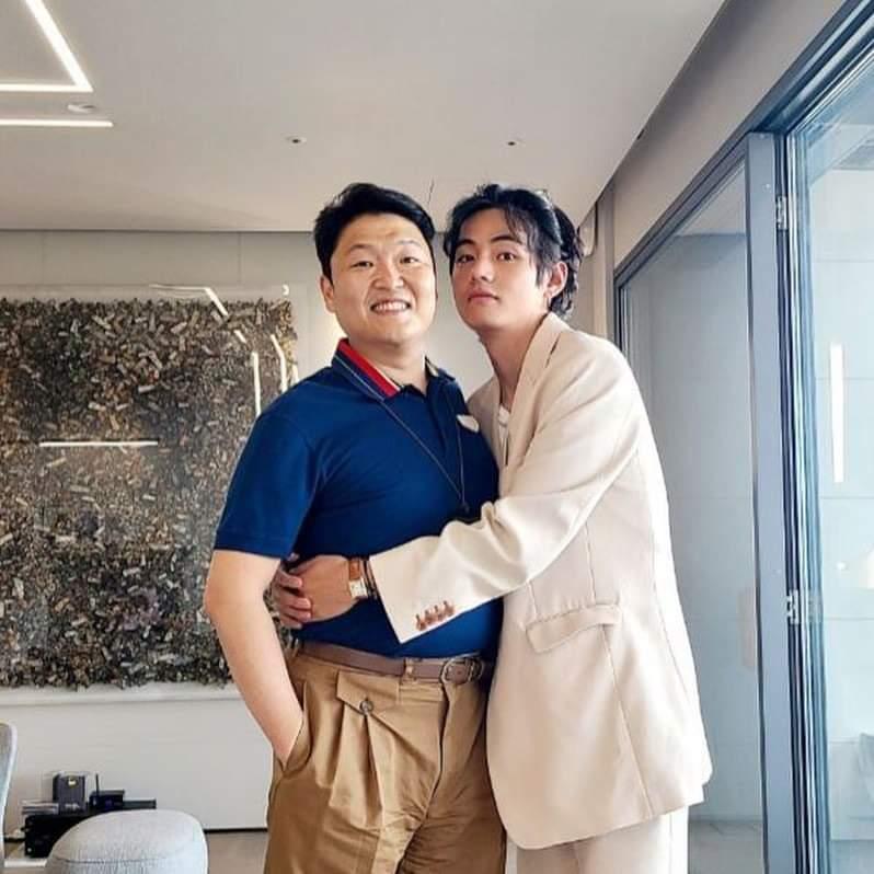 PSY y V de BTS se abrazan en una foto que hará historia en el KPop