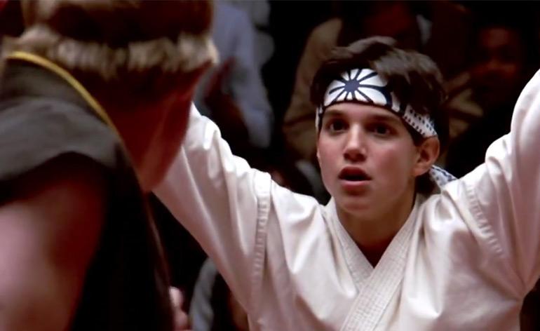 Hombre se salva de ataque de perros por su obsesión con Karate Kid