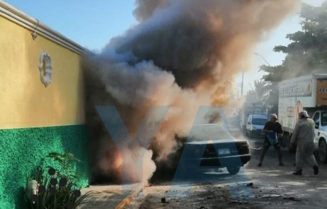 Se incendia auto en un motel