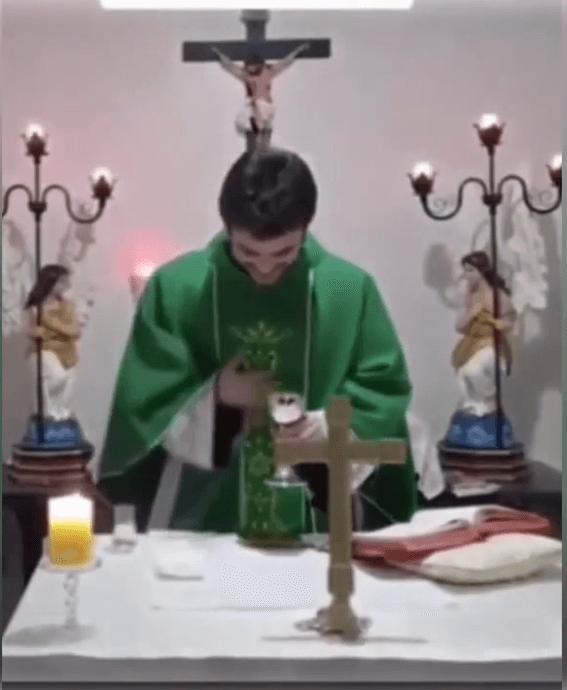 Sacerdote tiene ataque de risa en plena misa