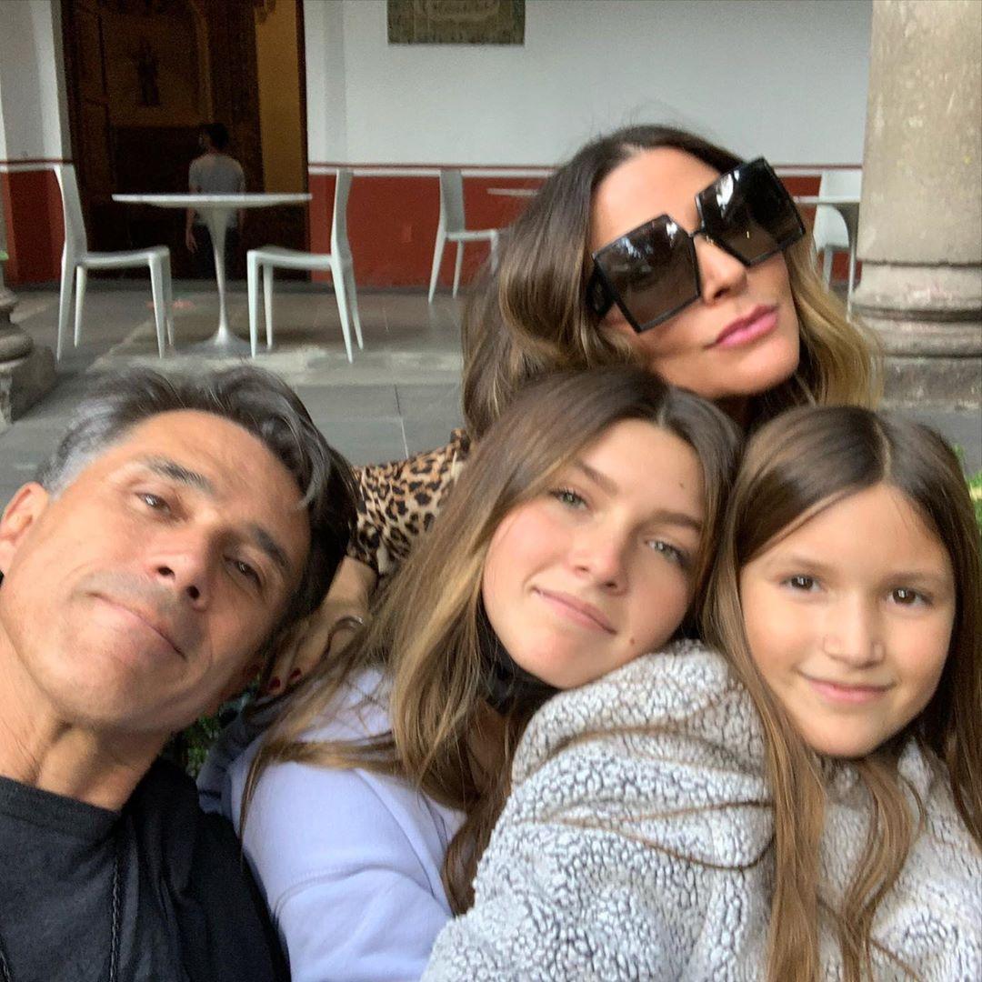 Sergio Mayer e Issabela Camil piensan sacar a sus hijas de la escuela