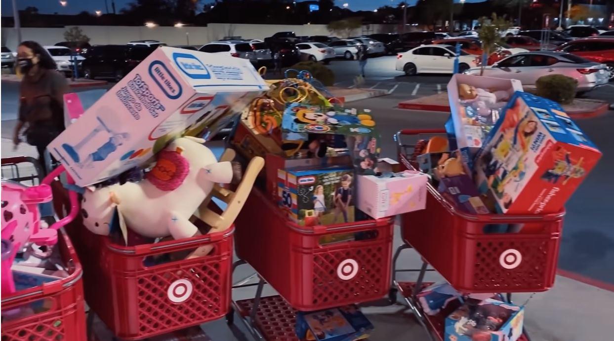 Juan de Dios y Kimberly Loaiza gastan 25 mil pesos en juguetes para su hija