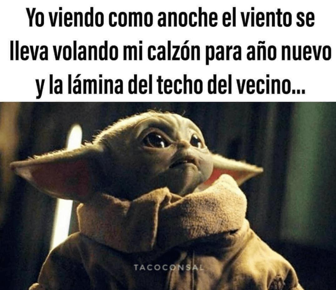 Meme de Baby Yoda viendo los calzones