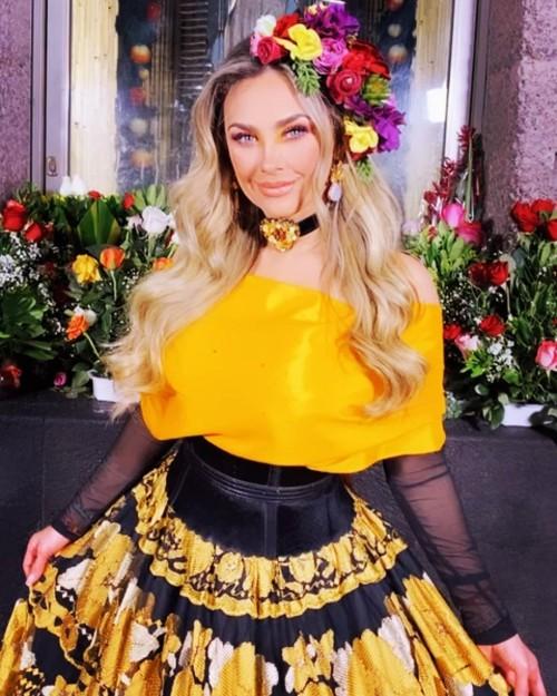 Foto Aracely Arámbula con hermoso vestido amarillo