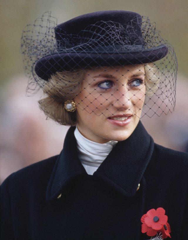 Princesa Diana con sombrero y malla