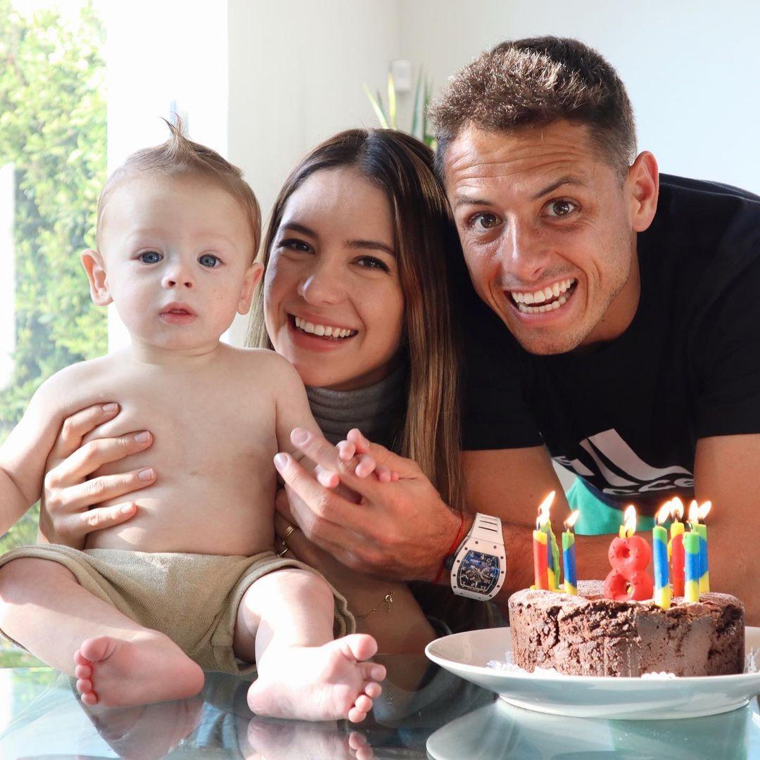 Sarah Kohan con Chicharito y su hijo