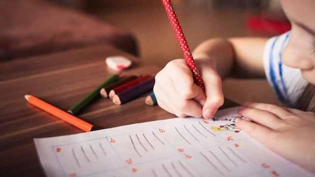 Escuela expulsó una niña tras confesar que está enamorada de su compañera