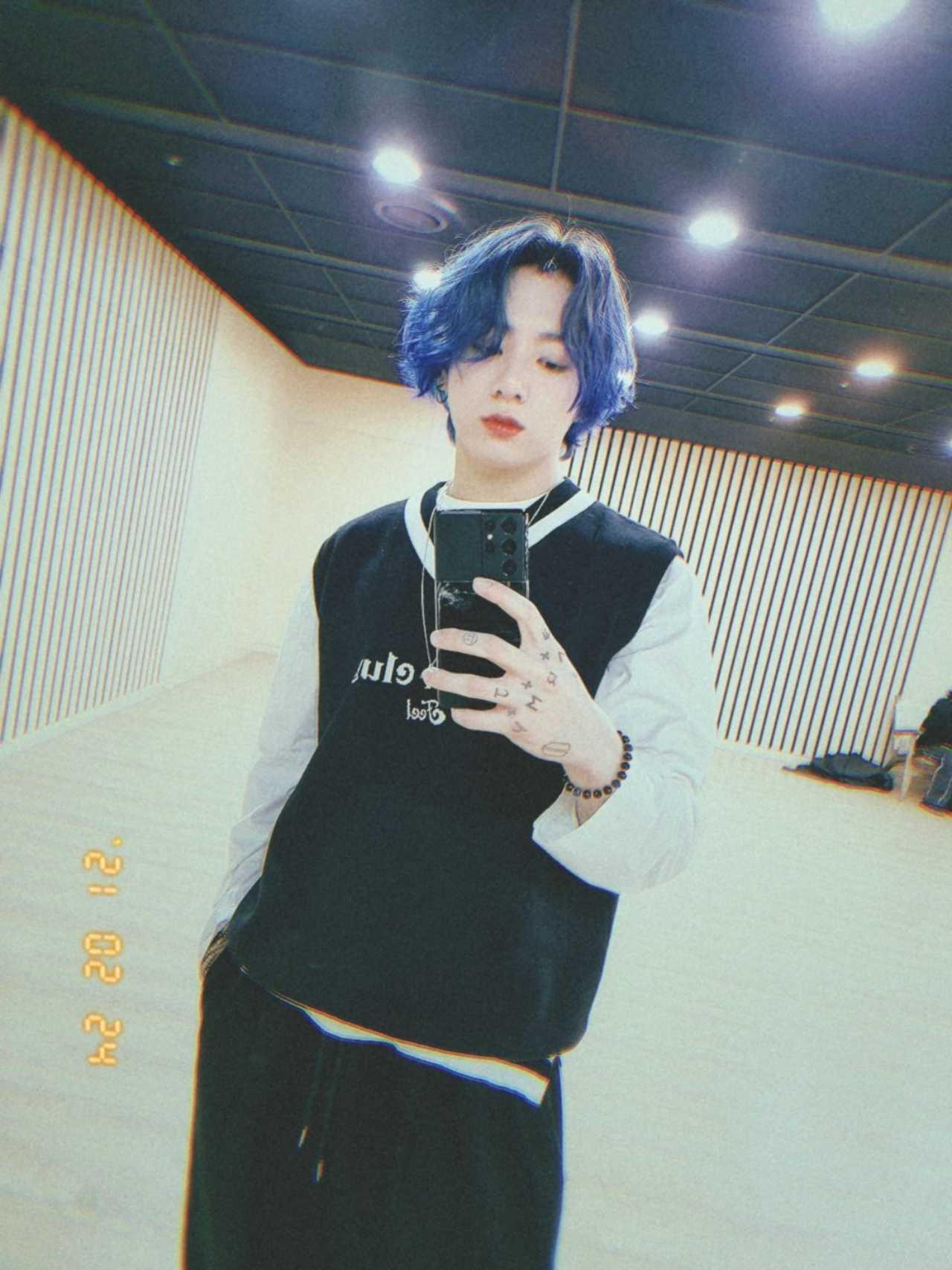 Jungkook pinta su pelo color azul