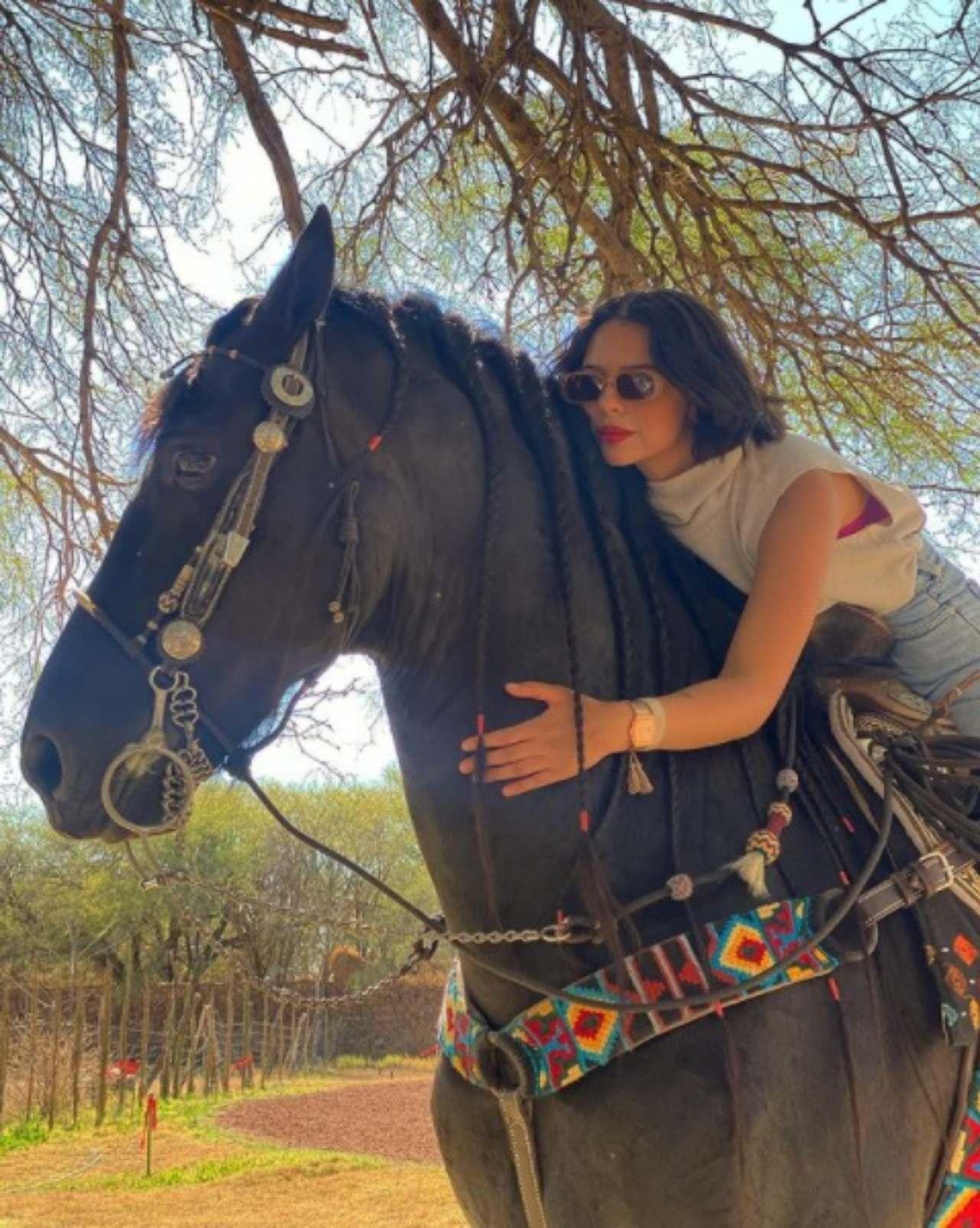 Angela Aguilar montando a caballo
