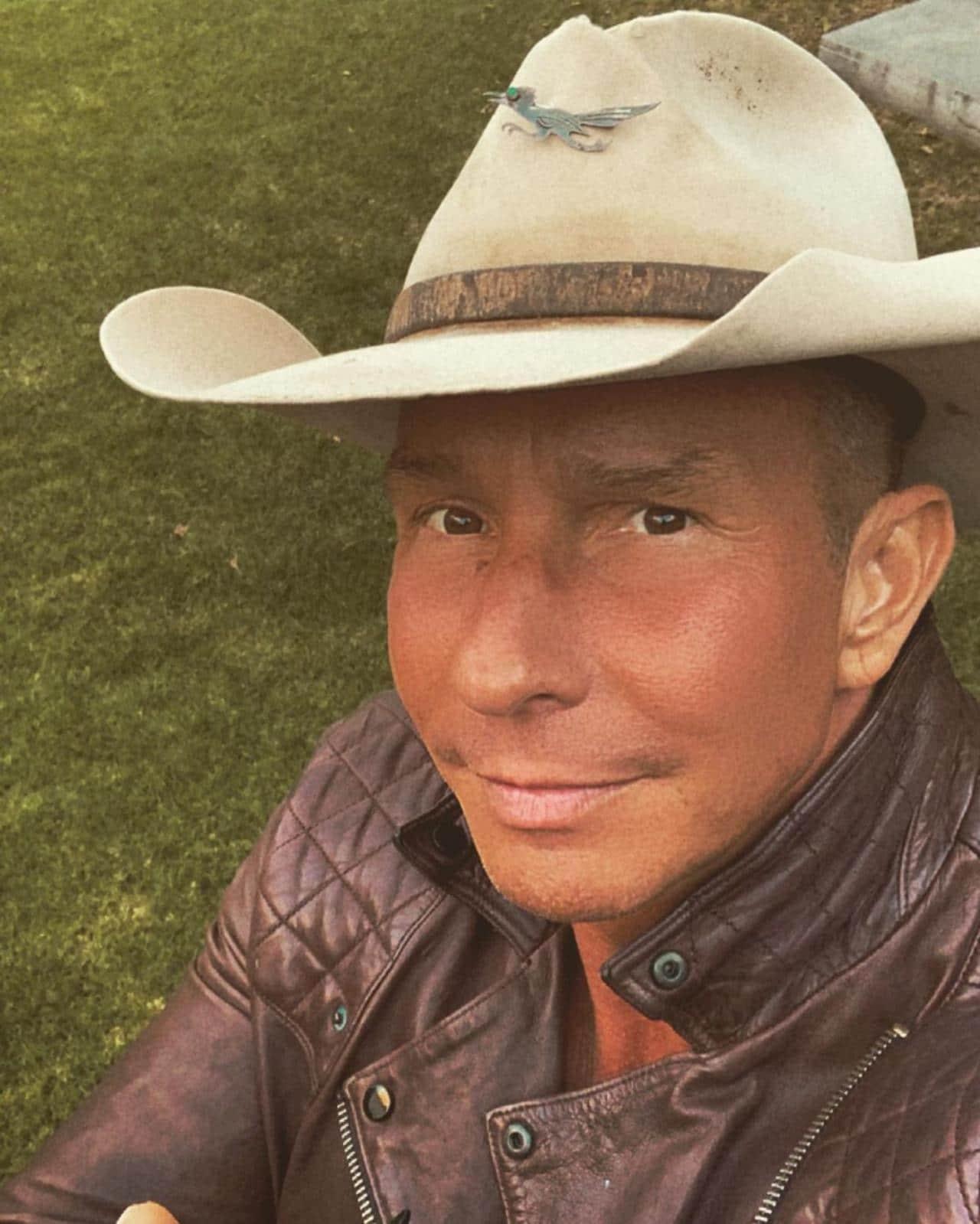 Erik Rubin con look vaquero