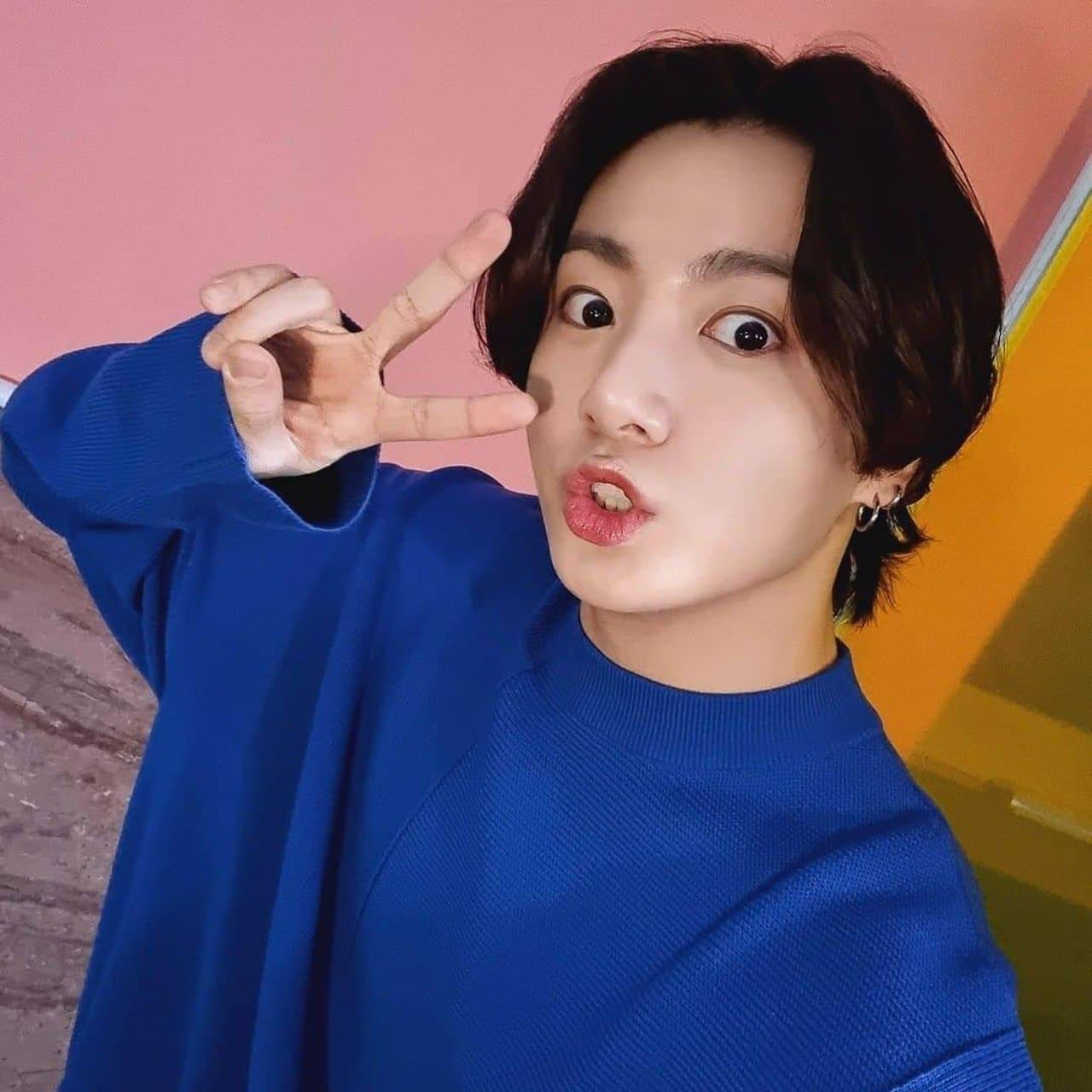 Jungkook haciendo caras y amor y paz