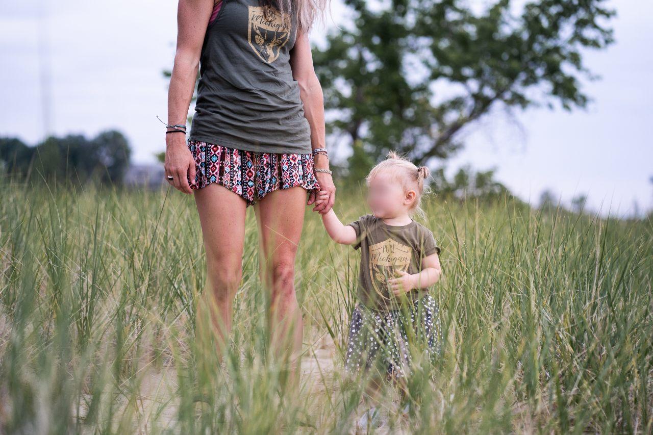 Mamá con minifalda y su hija