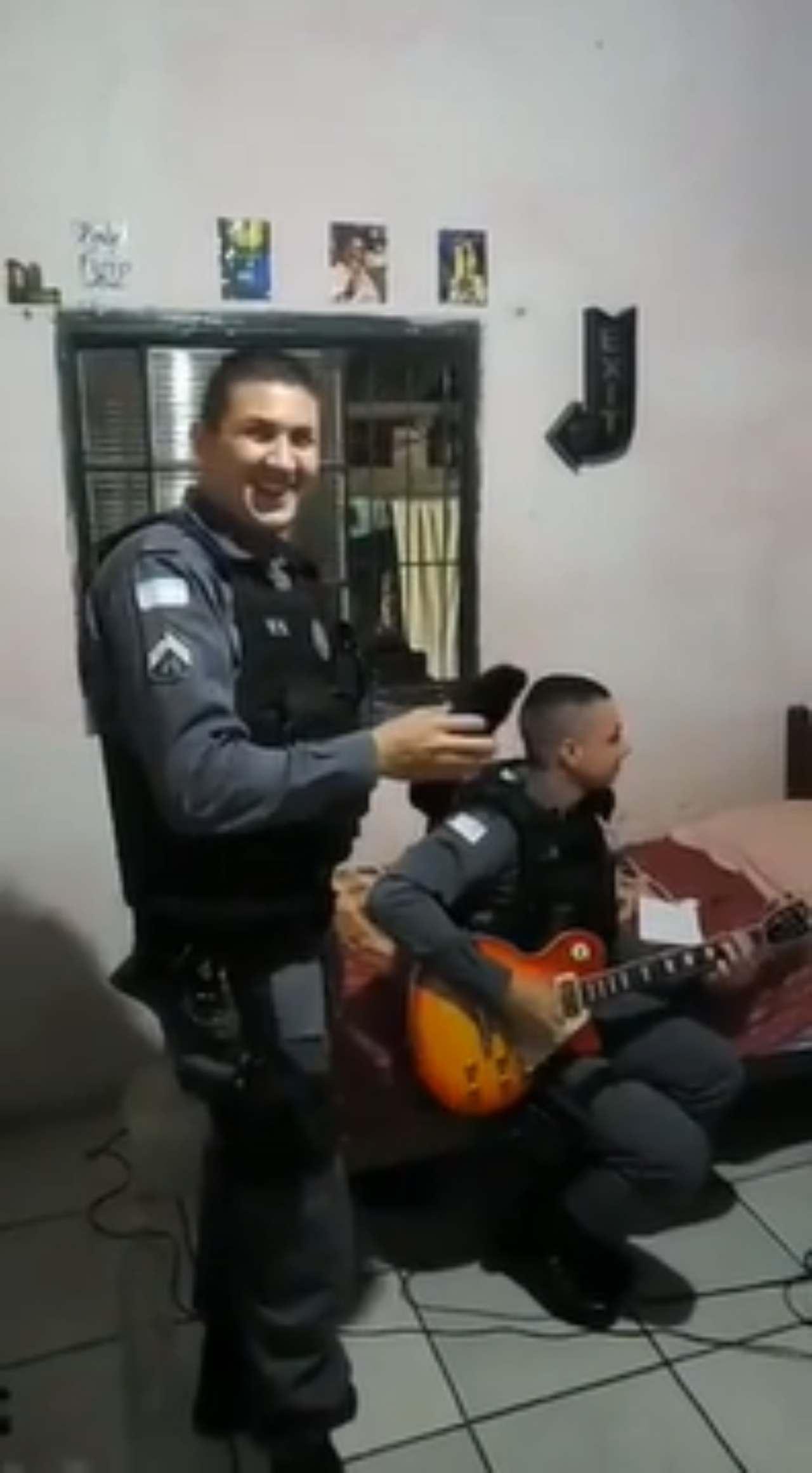 Policía toca canciones de Metallica en plena detención