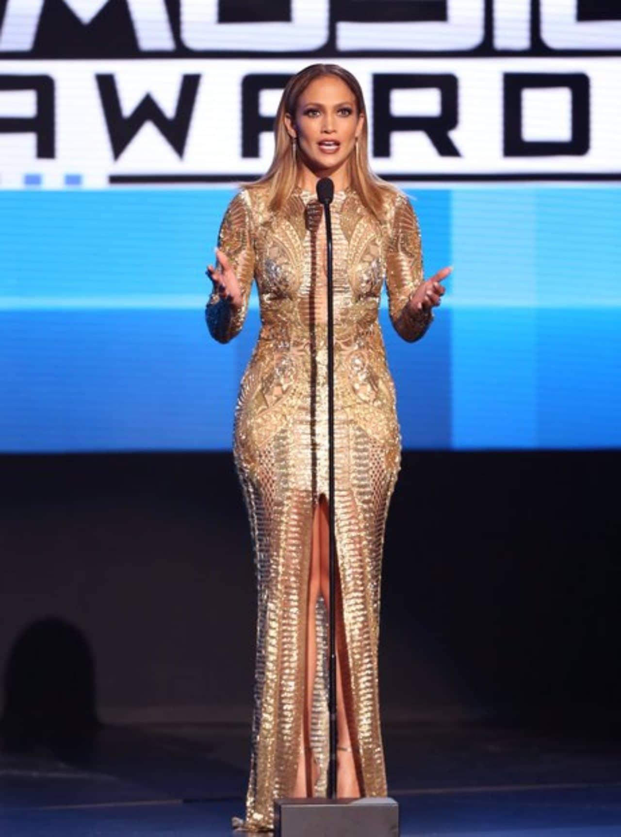 JLo usando vestido dorado