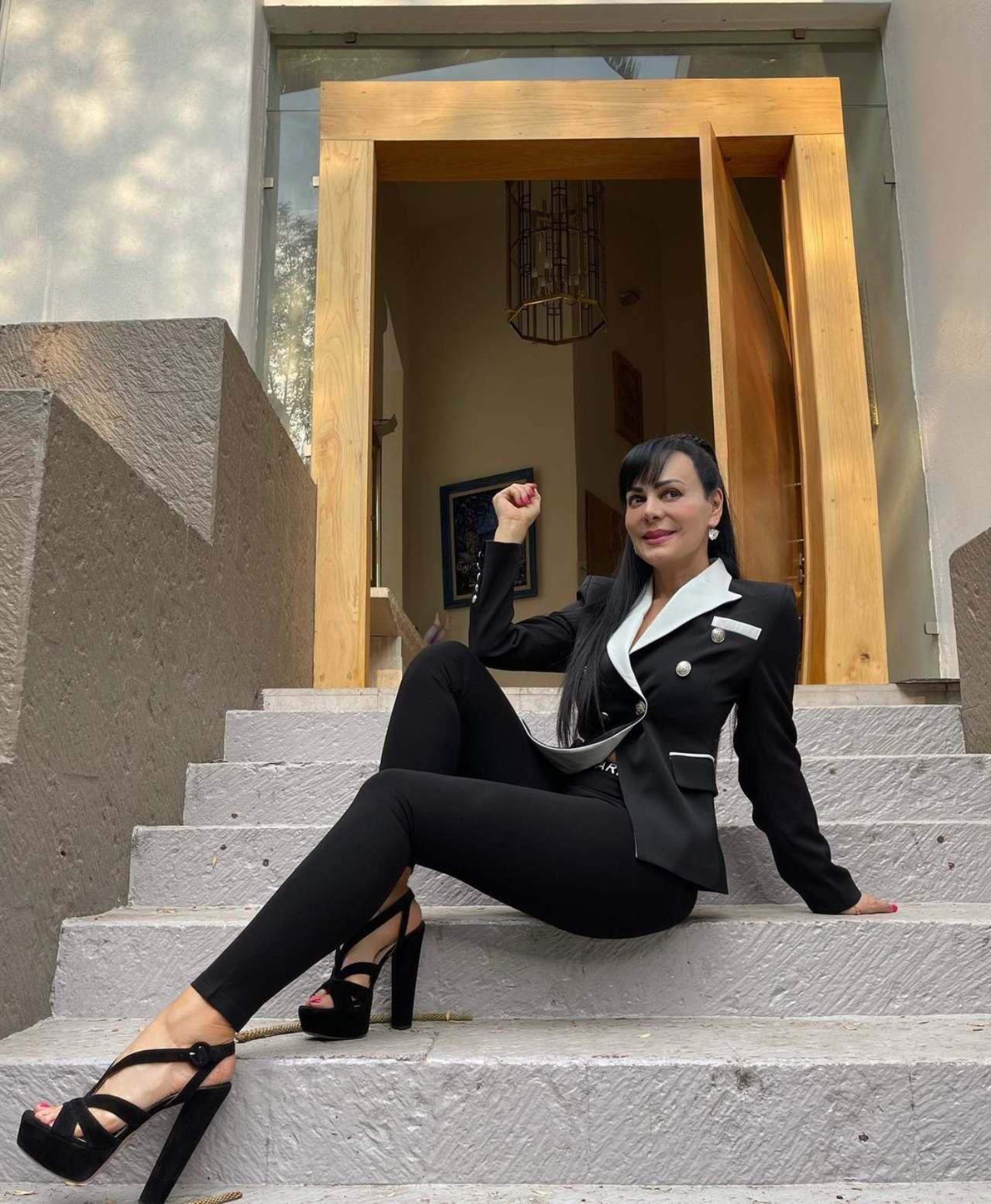 maribel Guardia con traje negro