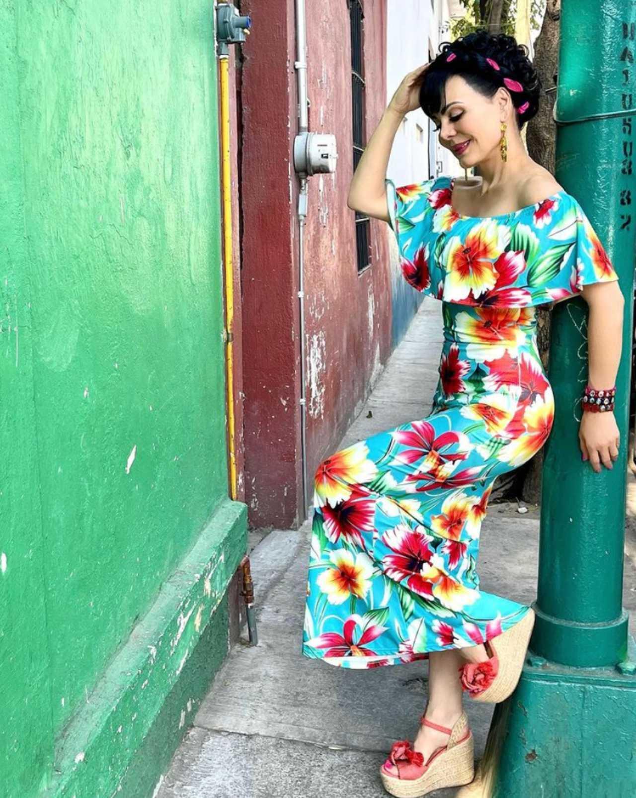Maribel Guardia con un vestido de flores