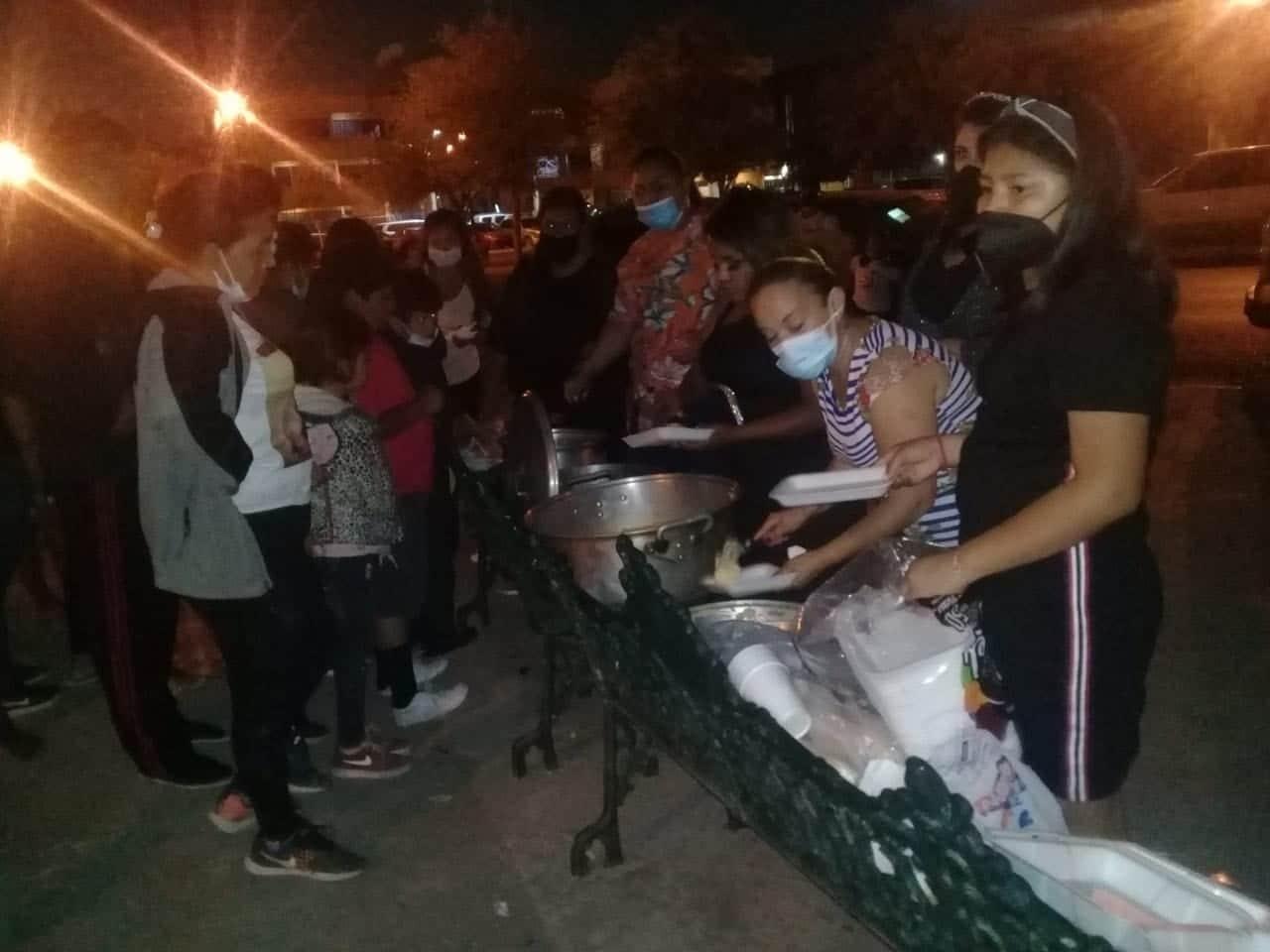 Quinceañera comparte comida con migrantes