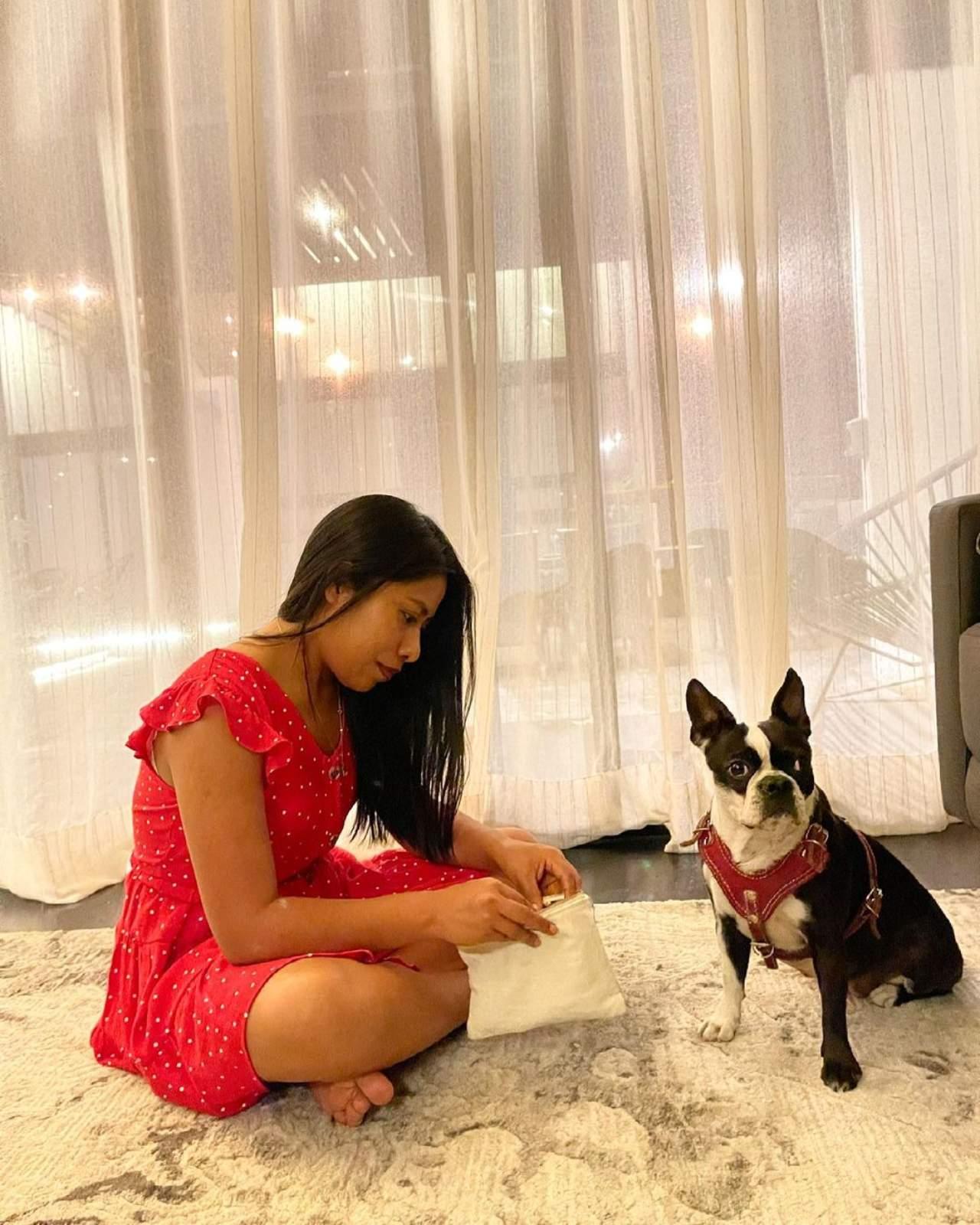 Yali con su vestido rojo y su perrito