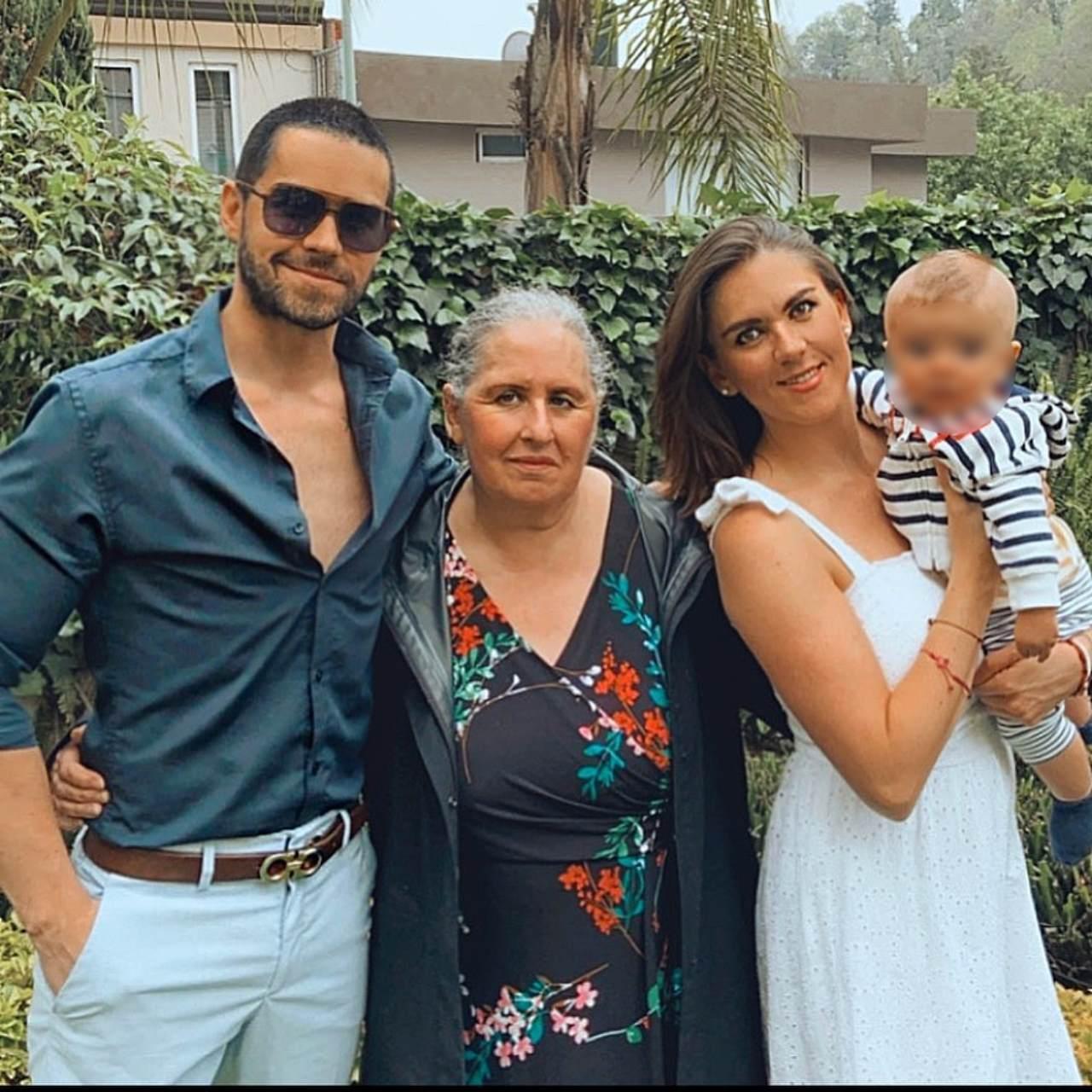 Eleazar Gomez celebra con su mama y hermana