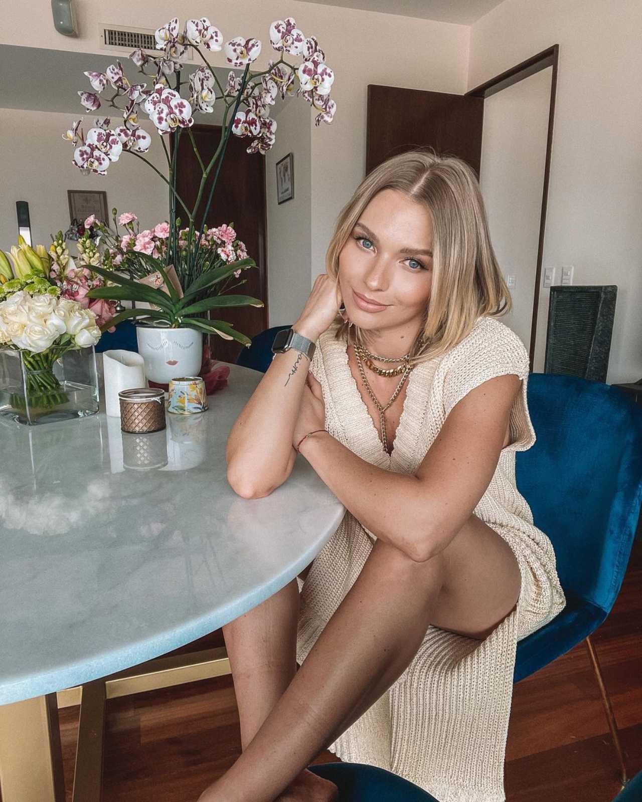 Irina Baeva con look beige