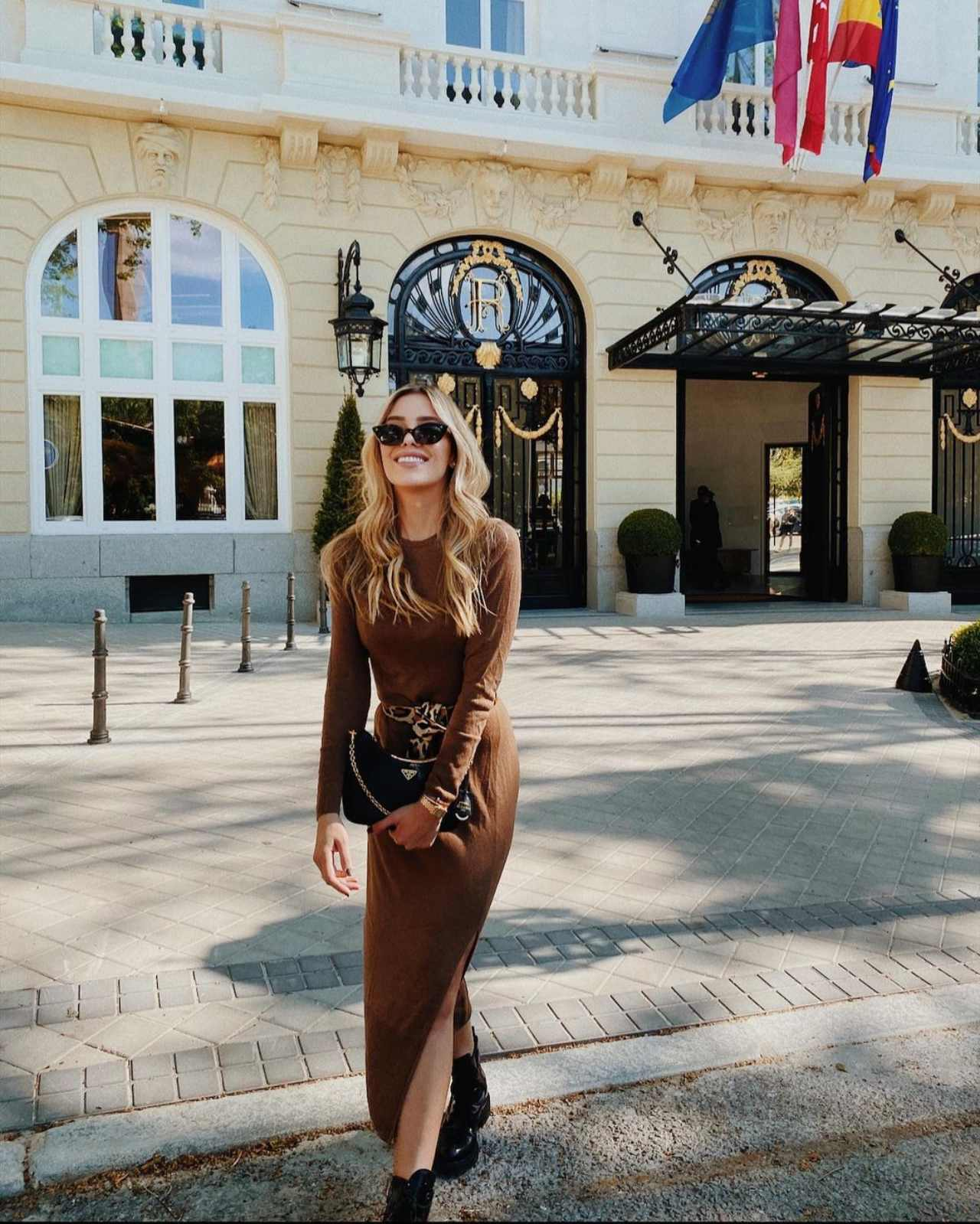 Michelle Salas con look cafe lentes