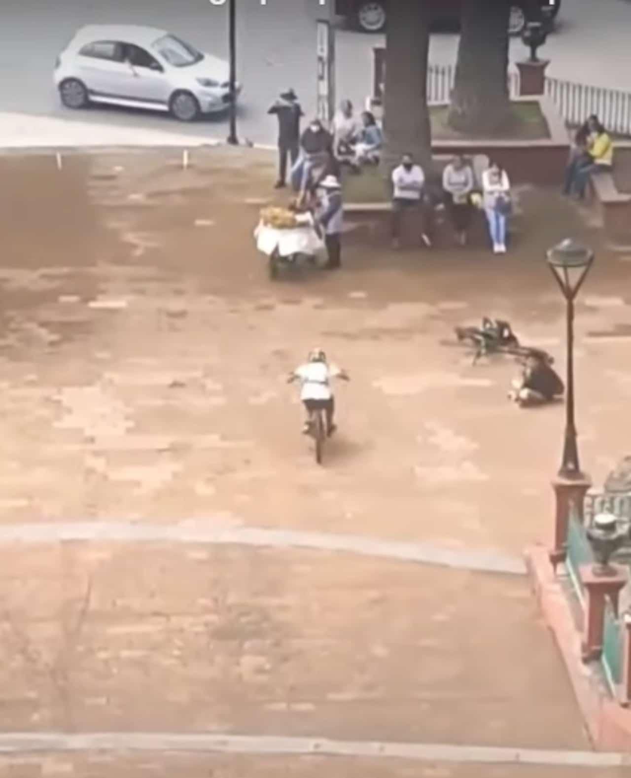 Ciclista choca contra pandero tira canasta